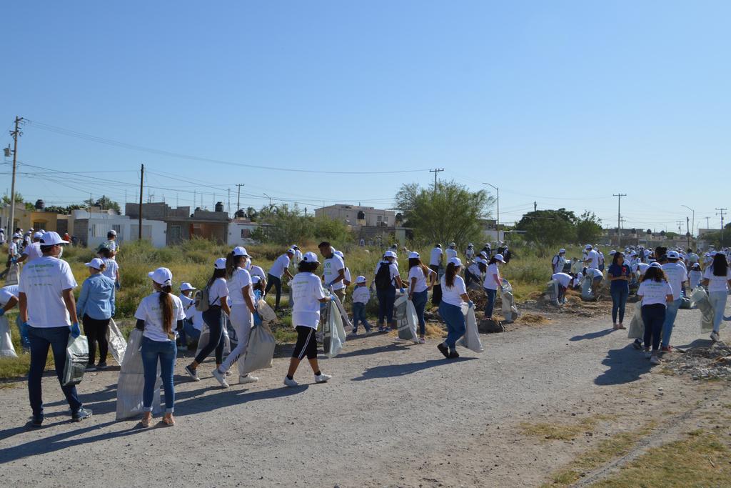 Cientos de personas, principalmente jóvenes, participaron el domingo en
