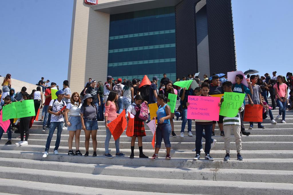 Se manifiestan en presidencia de Torreón para exigir pago de becas. Noticias en tiempo real