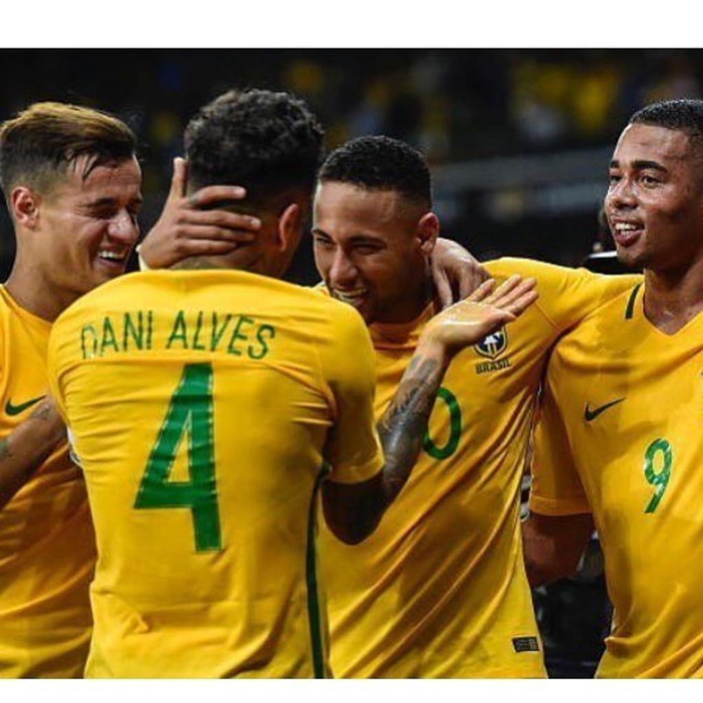 Neymar entrega el brazalete de capitán a Dani Alves. Noticias en tiempo real