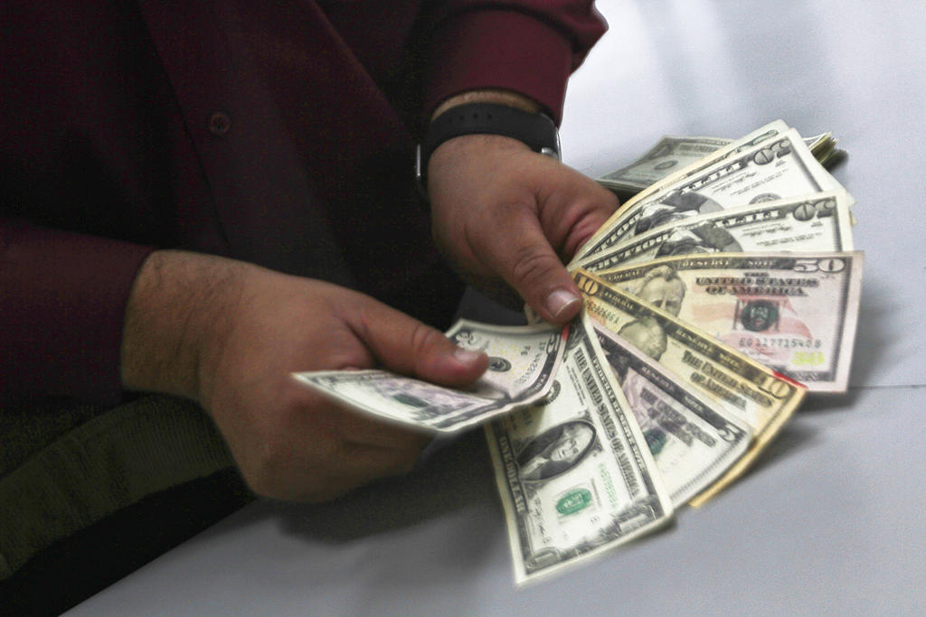 Dólar sube a 20.10 pesos tras degradación de nota a México. Noticias en tiempo real