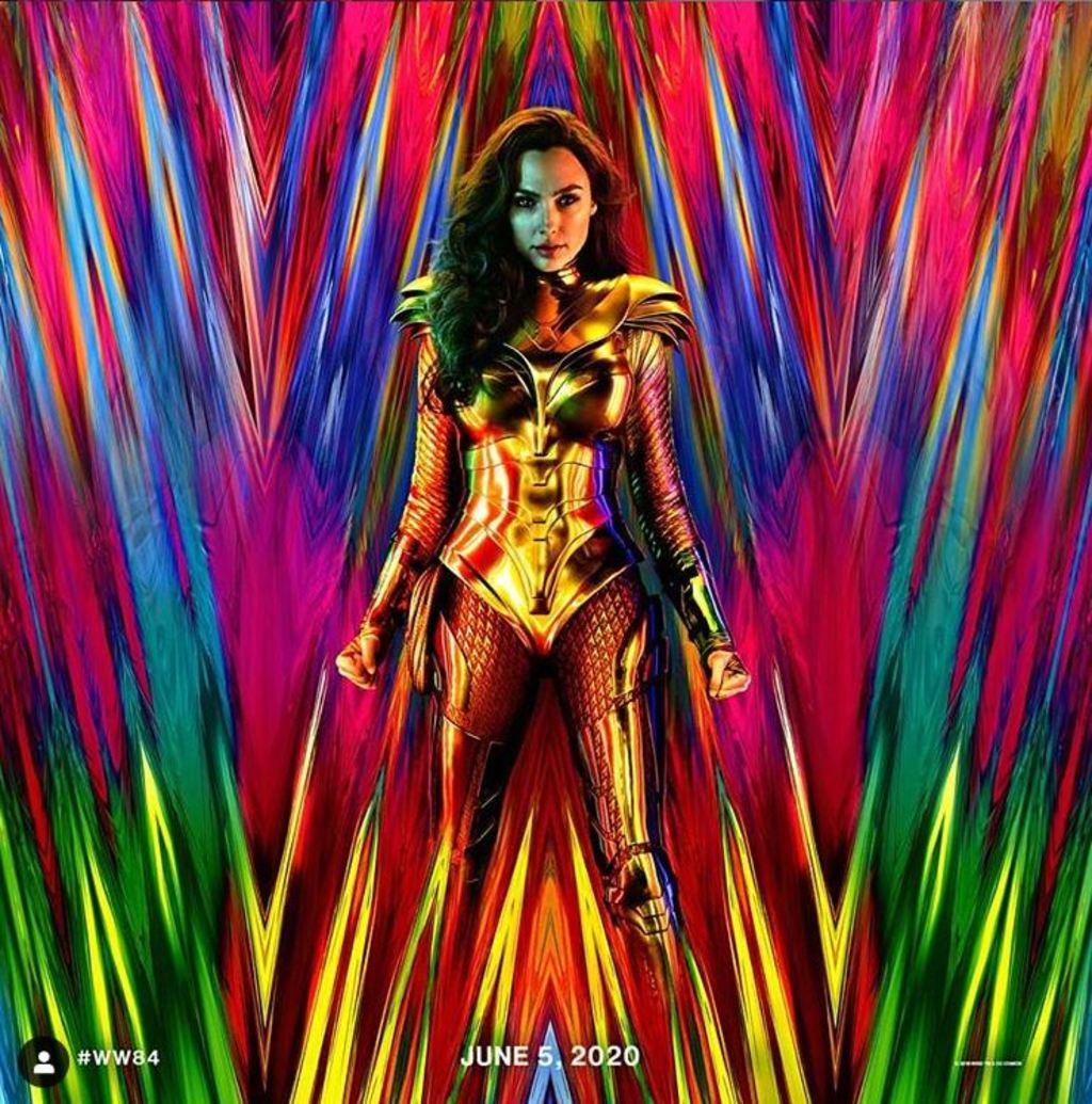 Imagen. Wonder Woman en una armadura dorada, con los puños cerr
