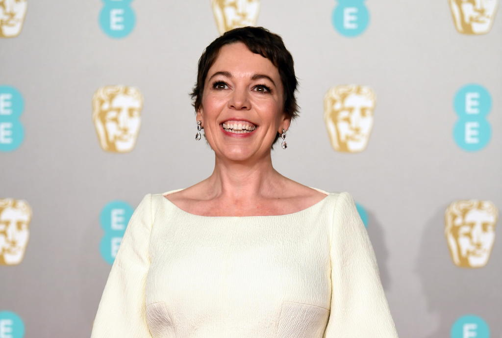 Reina Isabel II condecora a Olivia Colman antes de su debut en The Crown