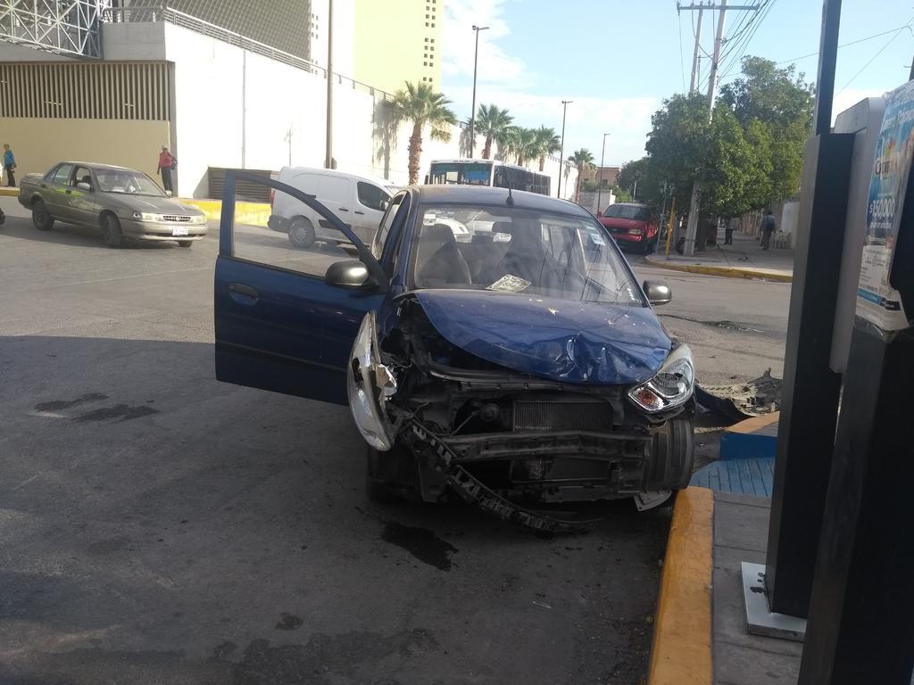 Chocan camioneta y automóvil en zona Centro de Torreón