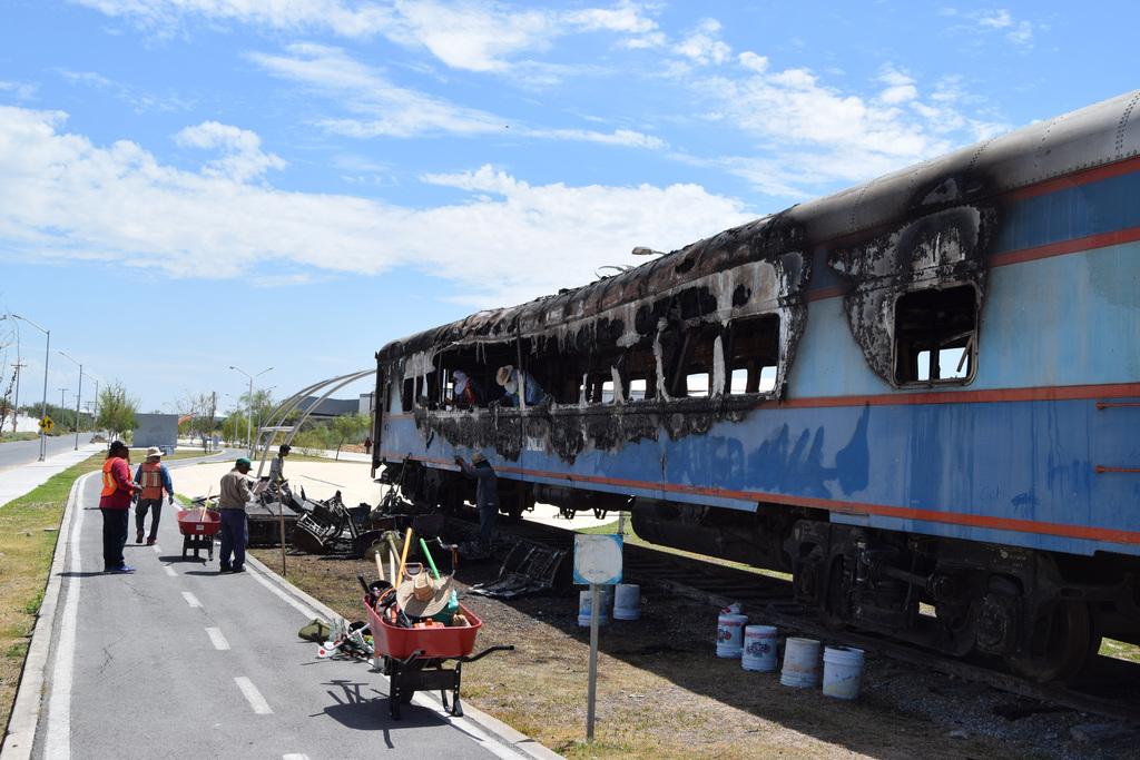 Los trabajadores lanzaban por las ventanas todos los materiales que que se encontraban al interior del vagón. (MARY VÁZQUEZ)