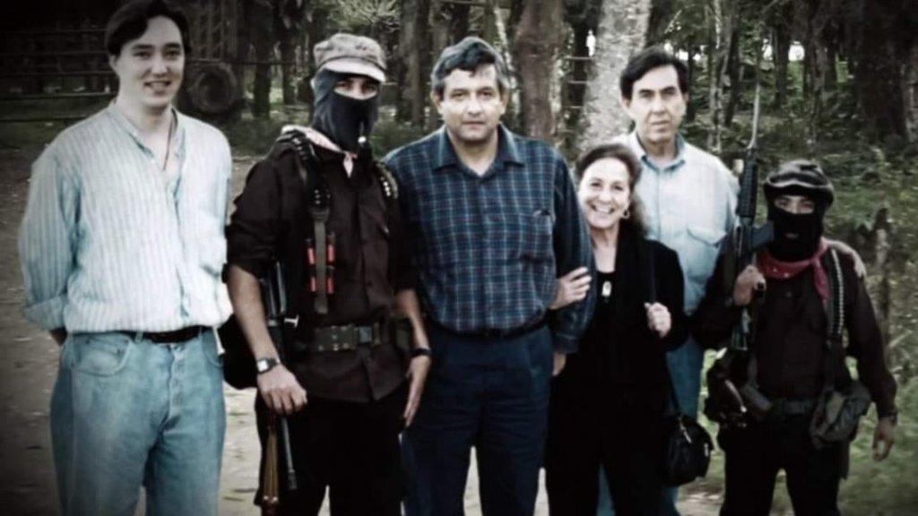 Una fotografía antigua muestra a López Obrador con Marcos. (AGENCIAS)