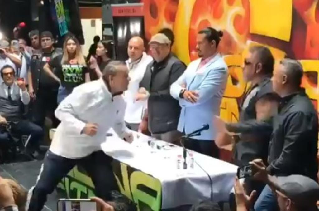 Carlos Trejo golpea a Alfredo Adame durante conferencia. Noticias en tiempo real