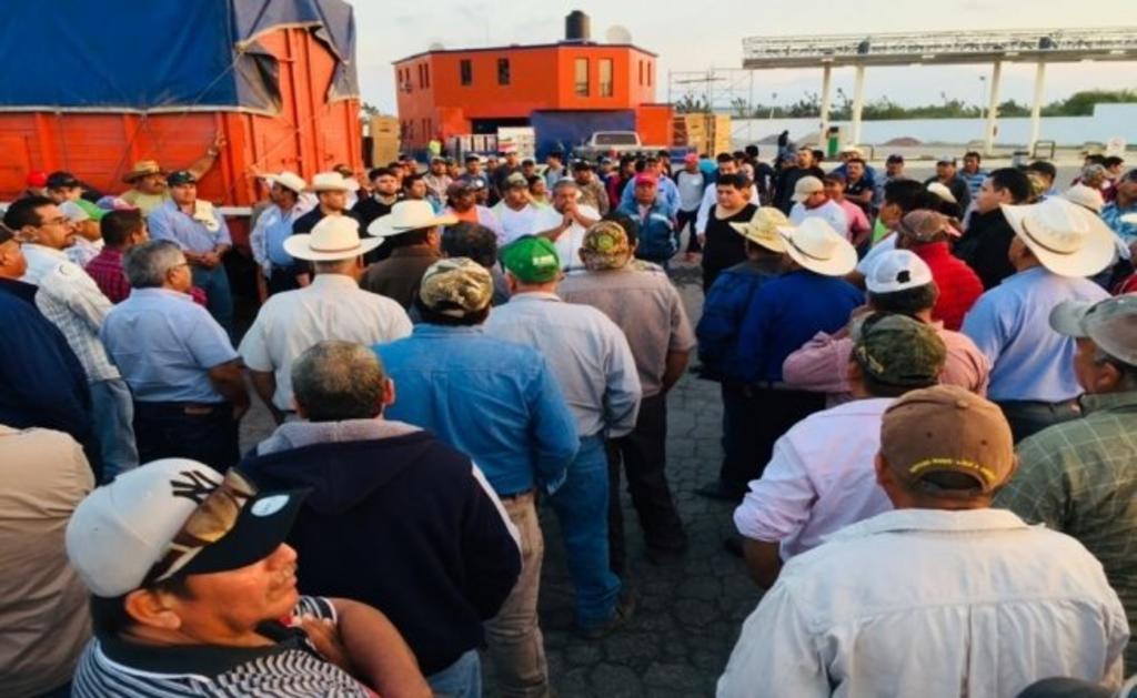Bloquean campesinos dos autopistas en Edomex; demandan apoyos al sector. Noticias en tiempo real