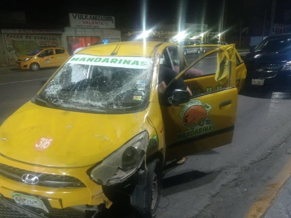 Chocan taxi y camioneta en Torreón. Noticias en tiempo real