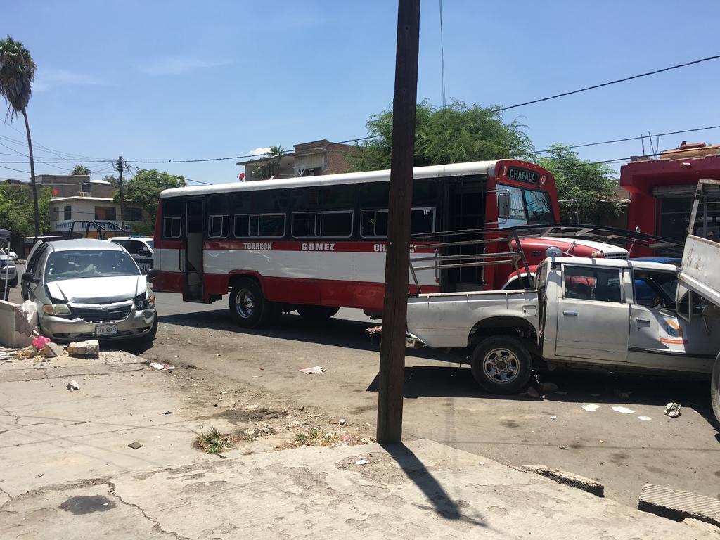 Autobús provoca daños en cuatro vehículos estacionados. Noticias en tiempo real