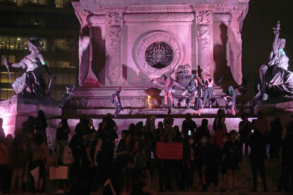 Marcha feminista vandaliza el Ángel de la Independencia. Noticias en tiempo real