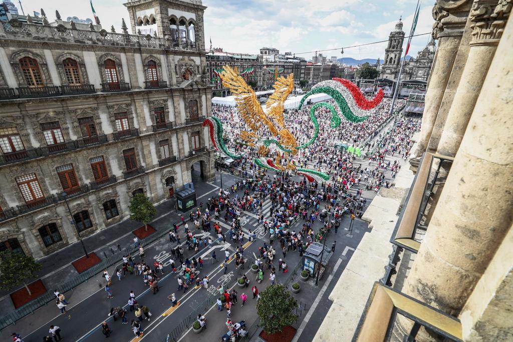 Con un Zócalo casi lleno, mexicanos aguardan primer grito de AMLO. Noticias en tiempo real