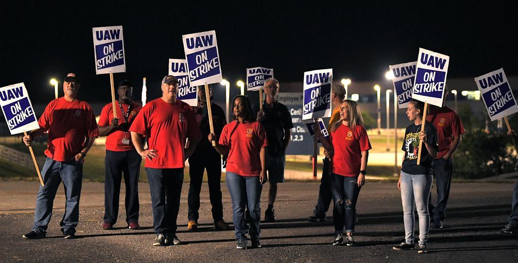 Trabajadores de GM en EUA convocan a huelga