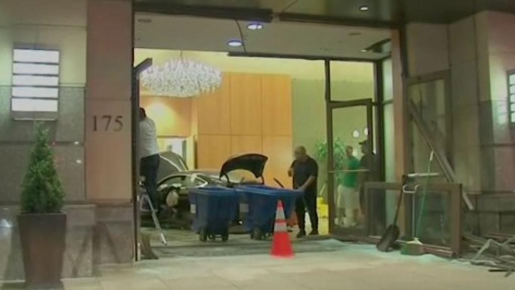 Choca automóvil contra vestíbulo de la torre residencial Trump Plaza. Noticias en tiempo real