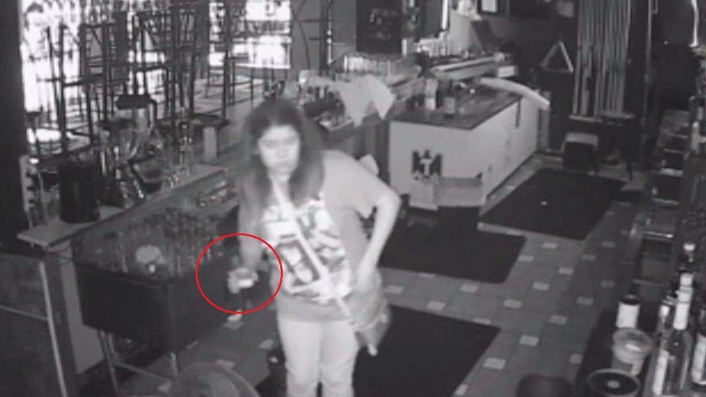 Mujer queda atrapada en un bar y aprovecha la situación para seguir bebiendo. Noticias en tiempo real