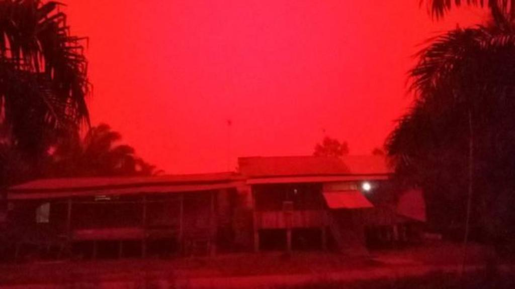 Inusual fenómeno produce un color rojo en el cielo de Indonesia