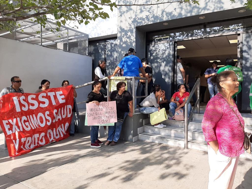 Protestan afuera del ISSSTE por urgencia en estudio cancelado. Noticias en tiempo real