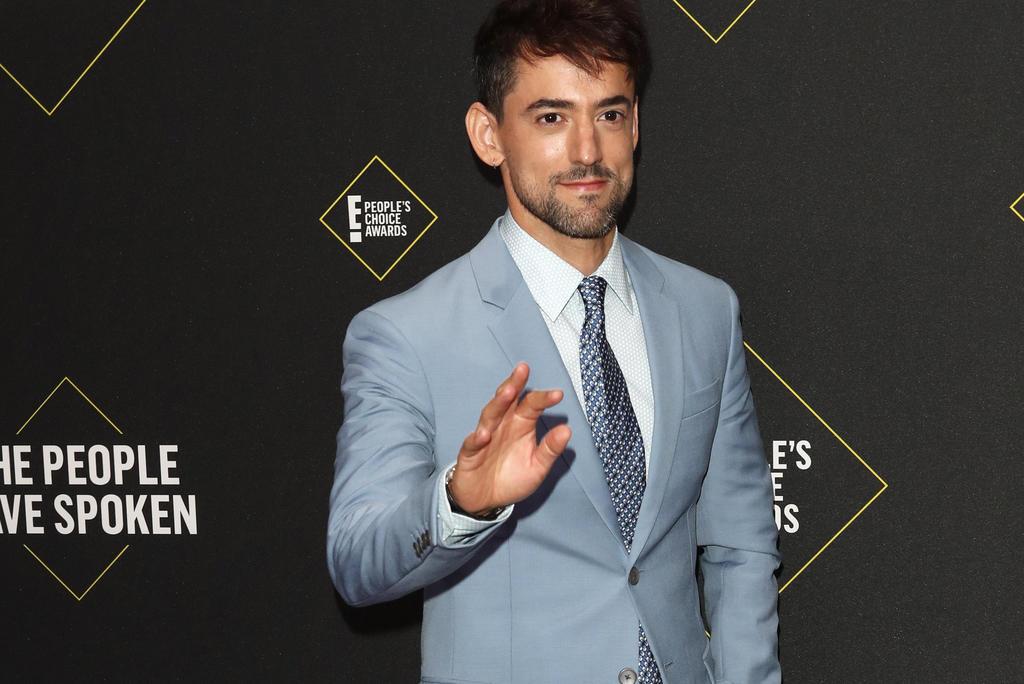 Luis Gerardo Méndez brilla en la alfombra roja de los Peoples Choice Awards. Noticias en tiempo real