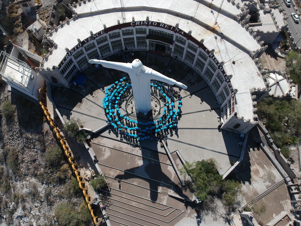 Forman círculo azul en el Cerro de las Noas para conmemorar el Día de la Diabetes - El Siglo de Torreón