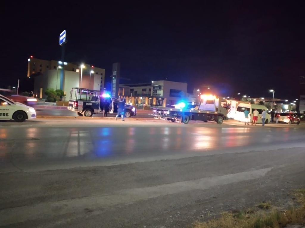 Veloz camioneta se estrella en guarnición