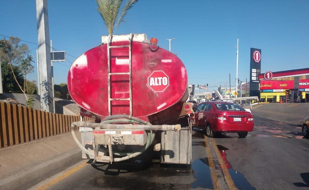 Conductor choca contra una pipa en Torreón