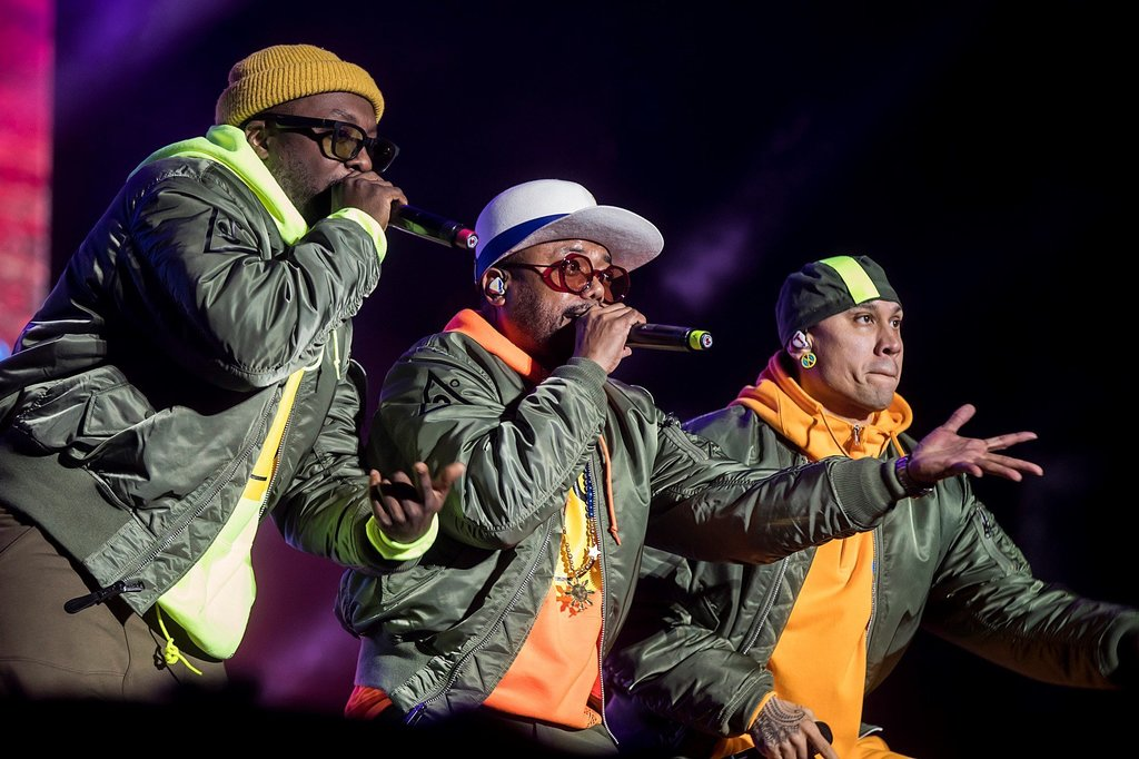 Black Eyed Peas canta Translation en español