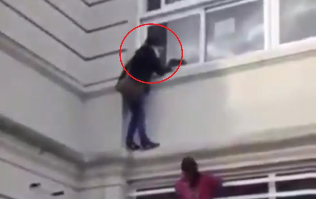 VIDEO: Mujer escala paredes de hospital para ver a familiar con COVID-19