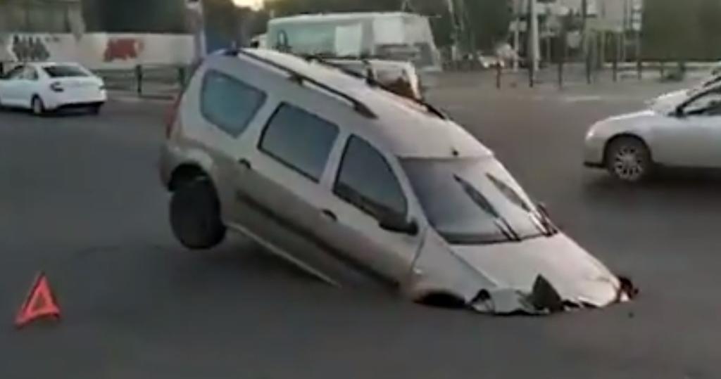 La Tierra Se Abre Y Socavon Se Traga A Automovil En Rusia El Siglo De Torreon