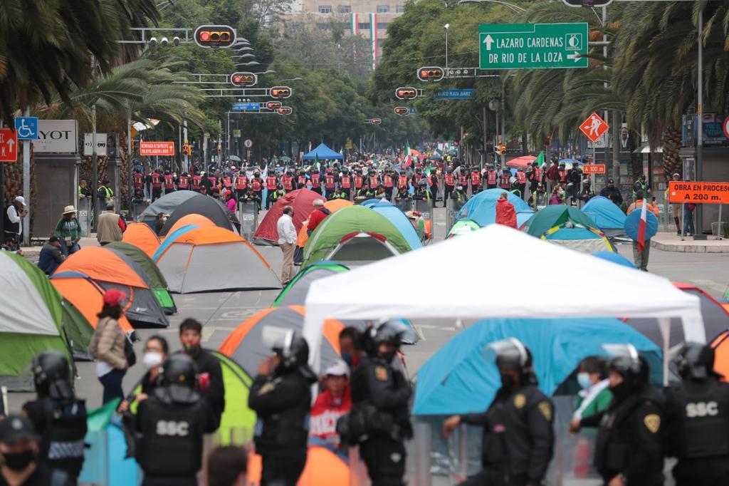 Grupo anti-AMLO instala plantón en avenida Juárez. Noticias en tiempo real