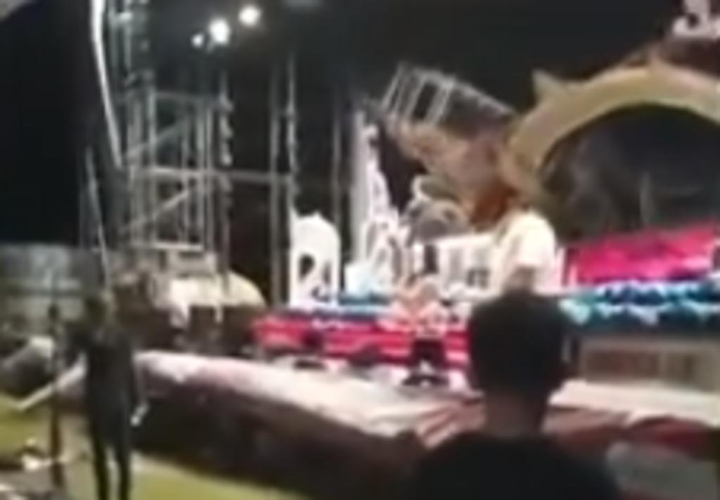 Músicos huyen del escenario tras colapso de escenografía. Noticias en tiempo real