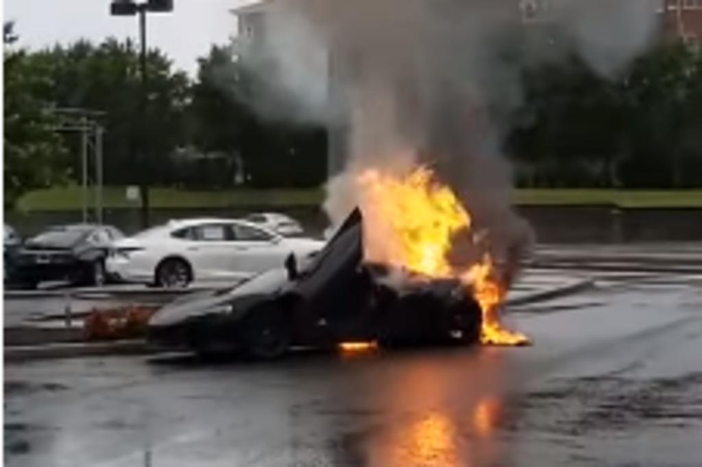 Graban a un automóvil deportivo incendiándose en medio de un estacionamiento. Noticias en tiempo real
