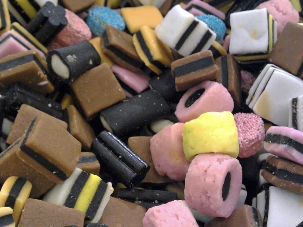 Hombre fallece por consumir varios paquetes de dulces de regaliz negro. Noticias en tiempo real