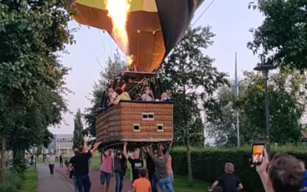 Personas unen fuerzas e impiden que un globo aerostático aterrice sobre una ciclovía. Noticias en tiempo real
