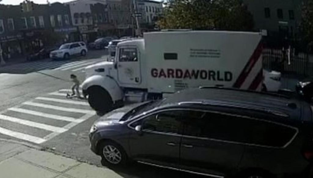 Niña de 7 años es embestida por un camión blindado mientras cruzaba la calle. Noticias en tiempo real