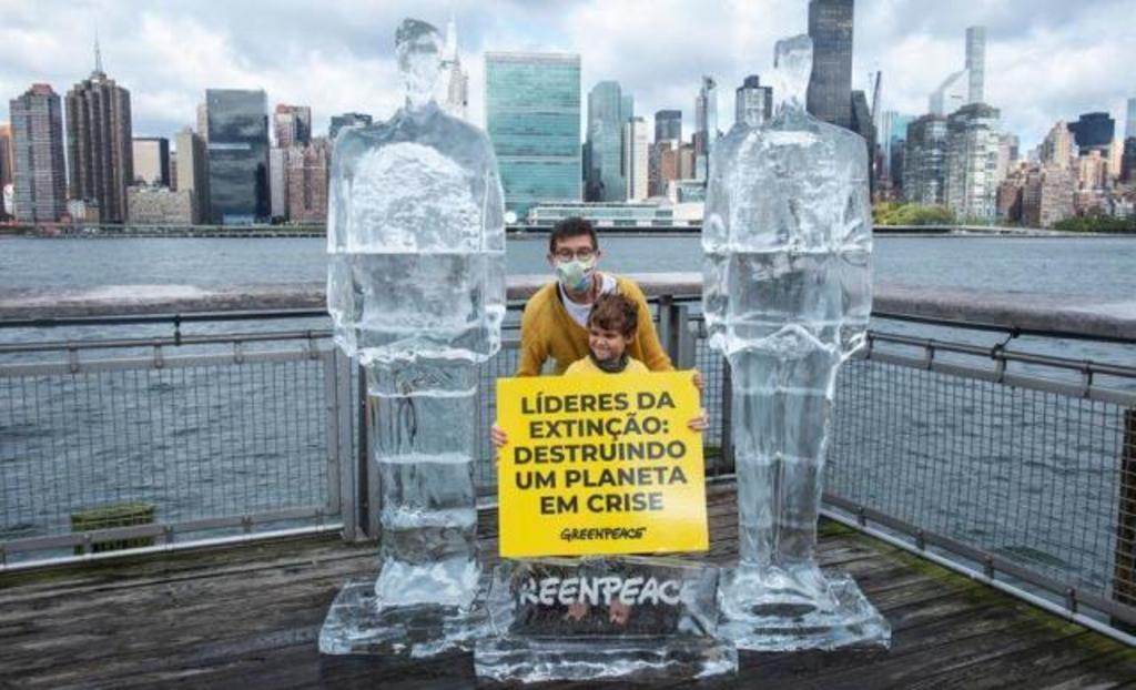 Protestan contra la crisis ambiental con un Trump y Bolsonaro de hielo. Noticias en tiempo real