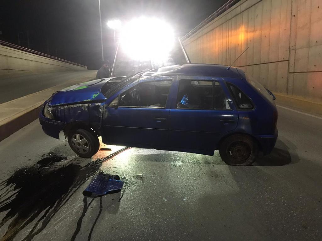 Vuelca auto en desnivel de Plaza Jumbo en Torreón. Noticias en tiempo real