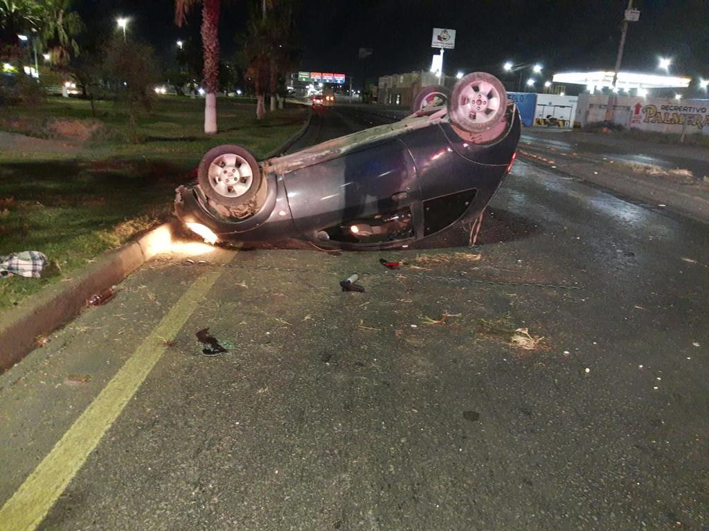 Abandonan vehículo tras volcadura en Gómez Palacio. Noticias en tiempo real
