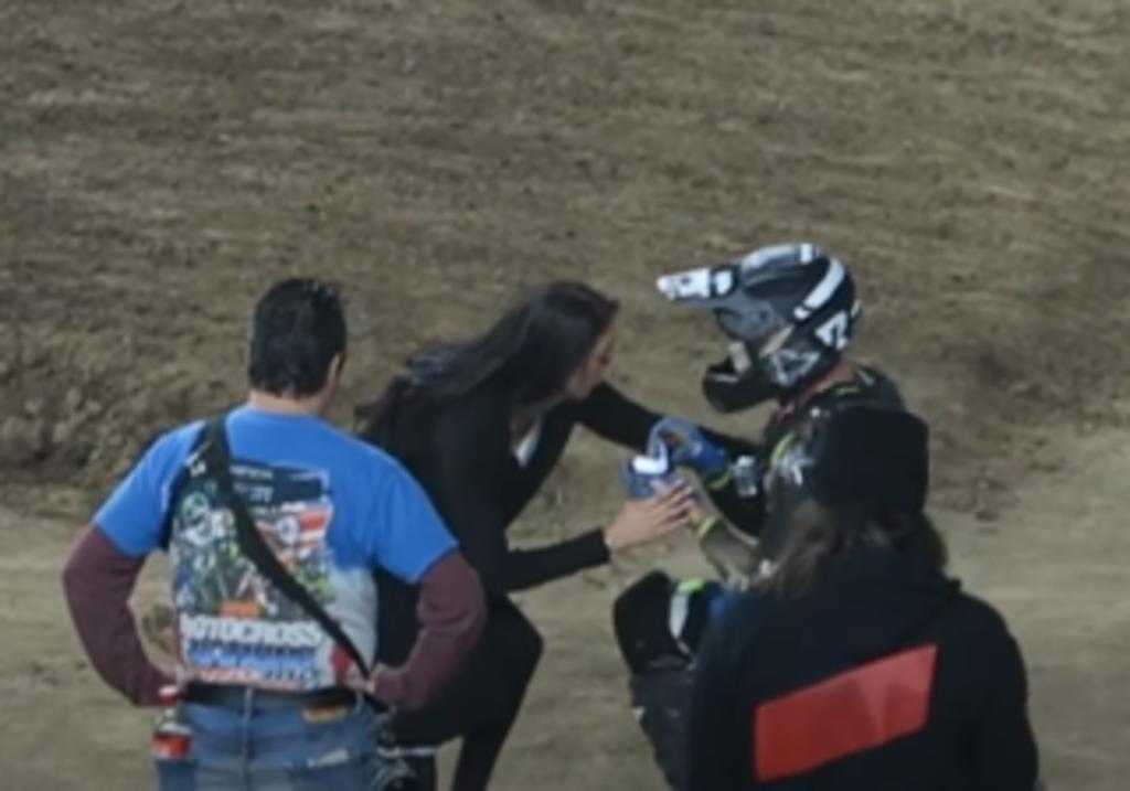 Motociclista finge accidente para pedirle matrimonio a su novia. Noticias en tiempo real
