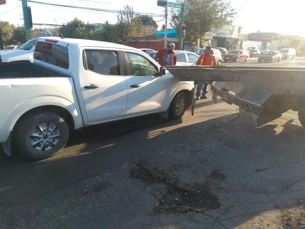 Camioneta choca por alcance contra un tractocamión en Gómez Palacio. Noticias en tiempo real