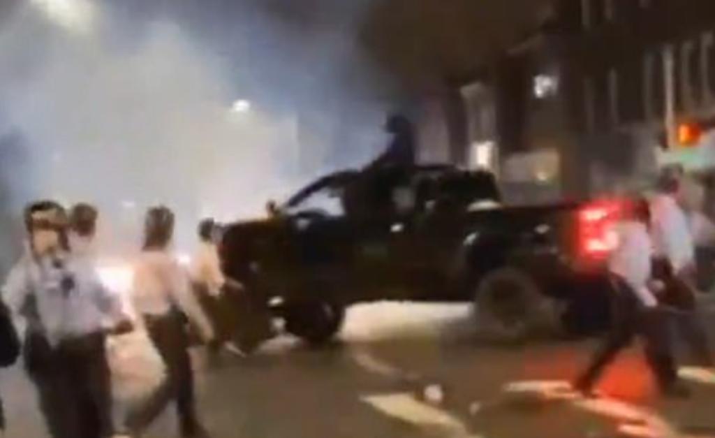 Oficial de policía es atropellada por una camioneta durante una protesta. Noticias en tiempo real