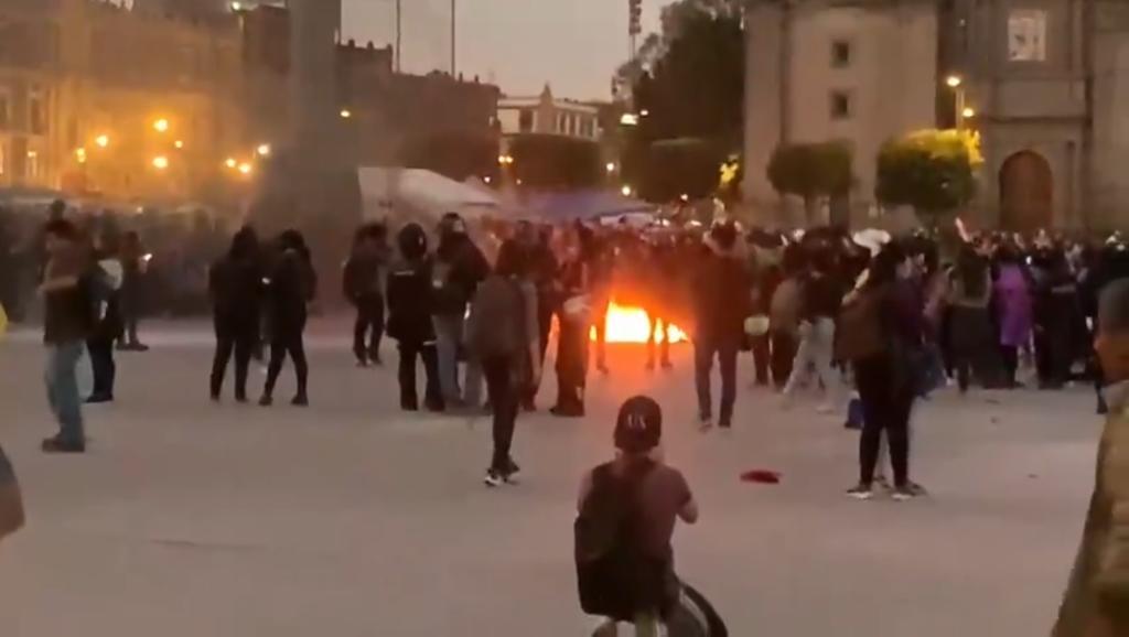 Incendian casas de campaña en marcha contra la violencia en CDMX. Noticias en tiempo real