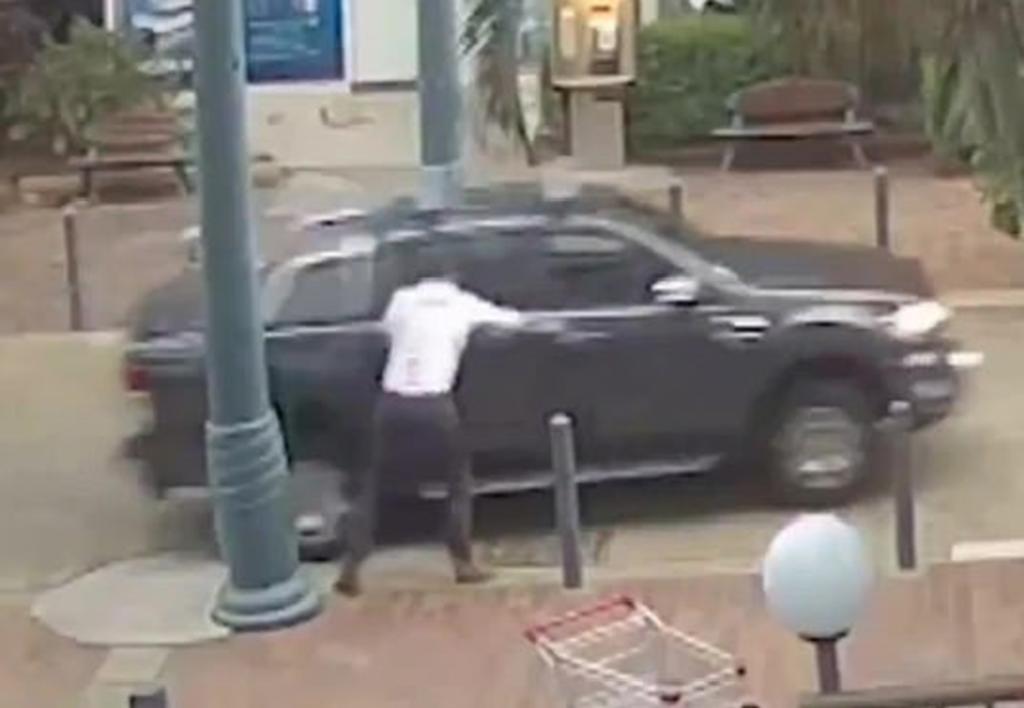 Le roban su auto a presentador del clima durante transmisión en vivo. Noticias en tiempo real