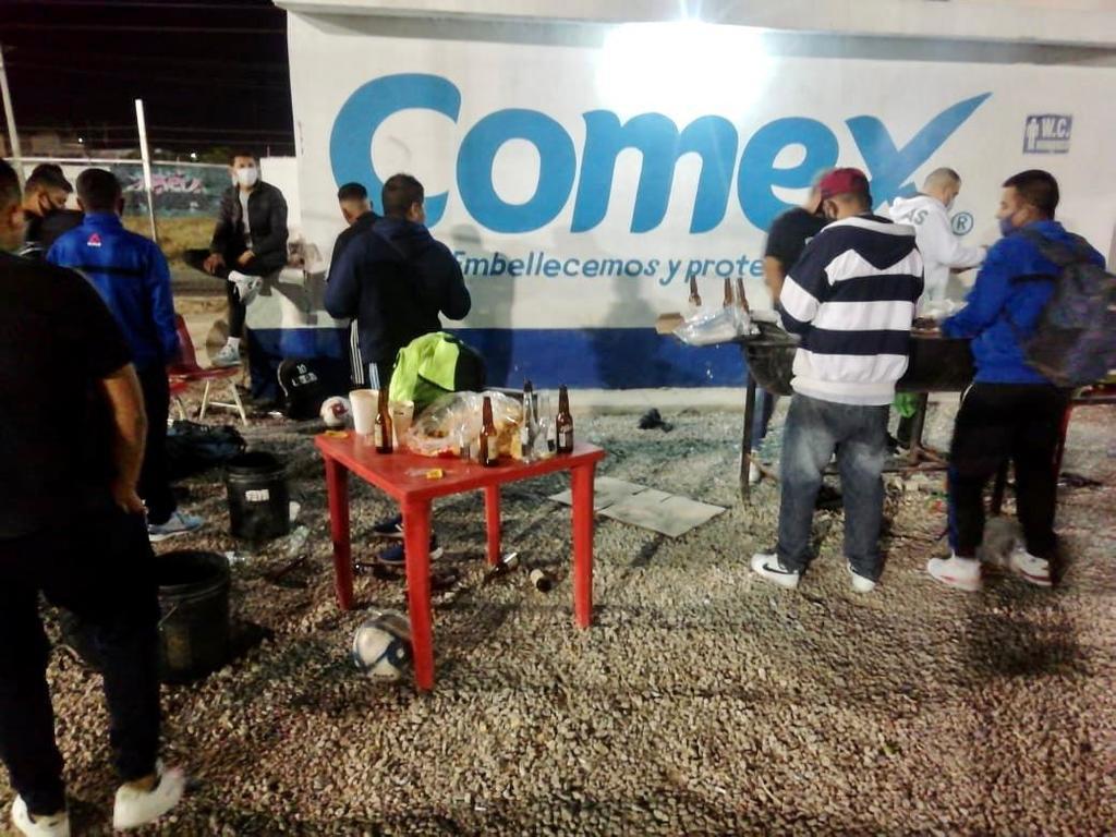 Clausuran cancha de futbol en Torreón por venta y consumo de alcohol. Noticias en tiempo real