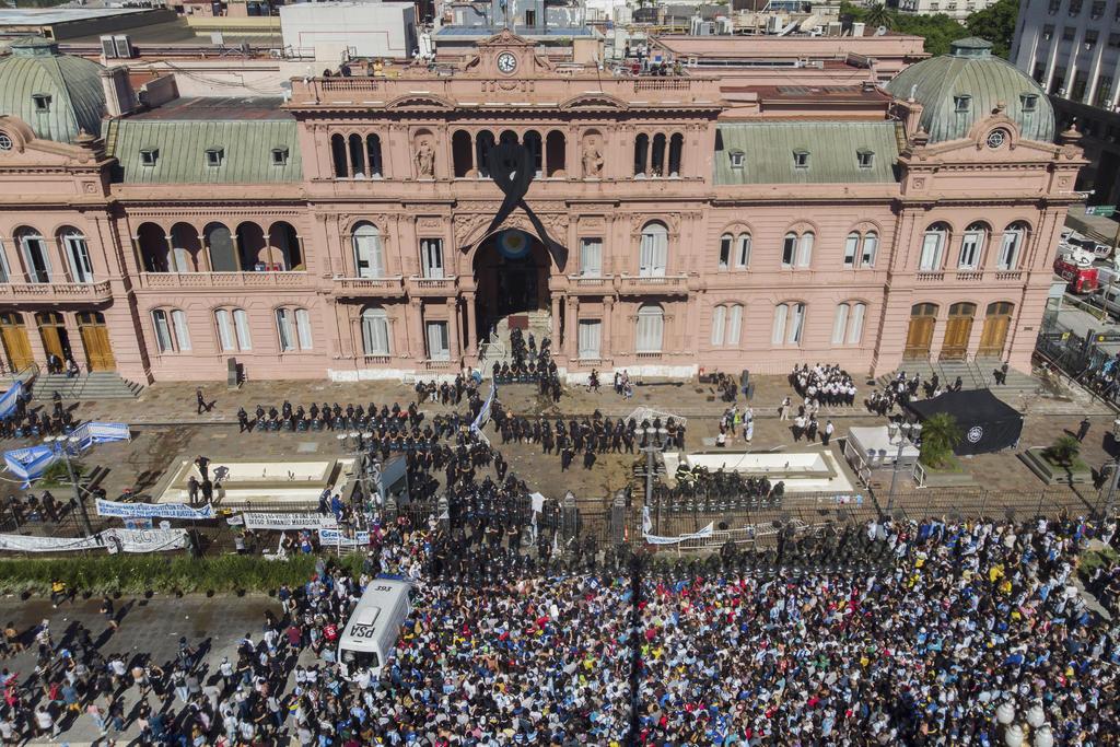 Trasladan restos de Diego Maradona hacia el cementerio. Noticias en tiempo real