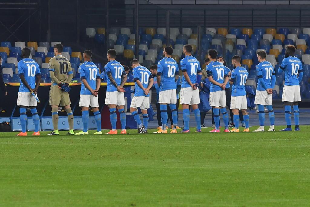 Jugadores del Napoli hacen homenaje a Maradona portando el 10 en la Europa League. Noticias en tiempo real