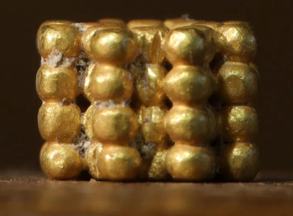 Niño encuentra por casualidad una pieza de oro de hace 3 mil años. Noticias en tiempo real