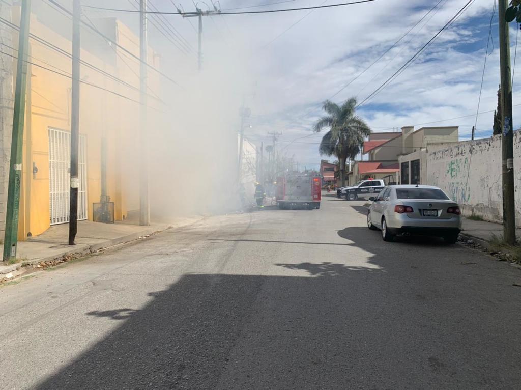 Bomberos sofocan incendio en terreno baldío de Torreón