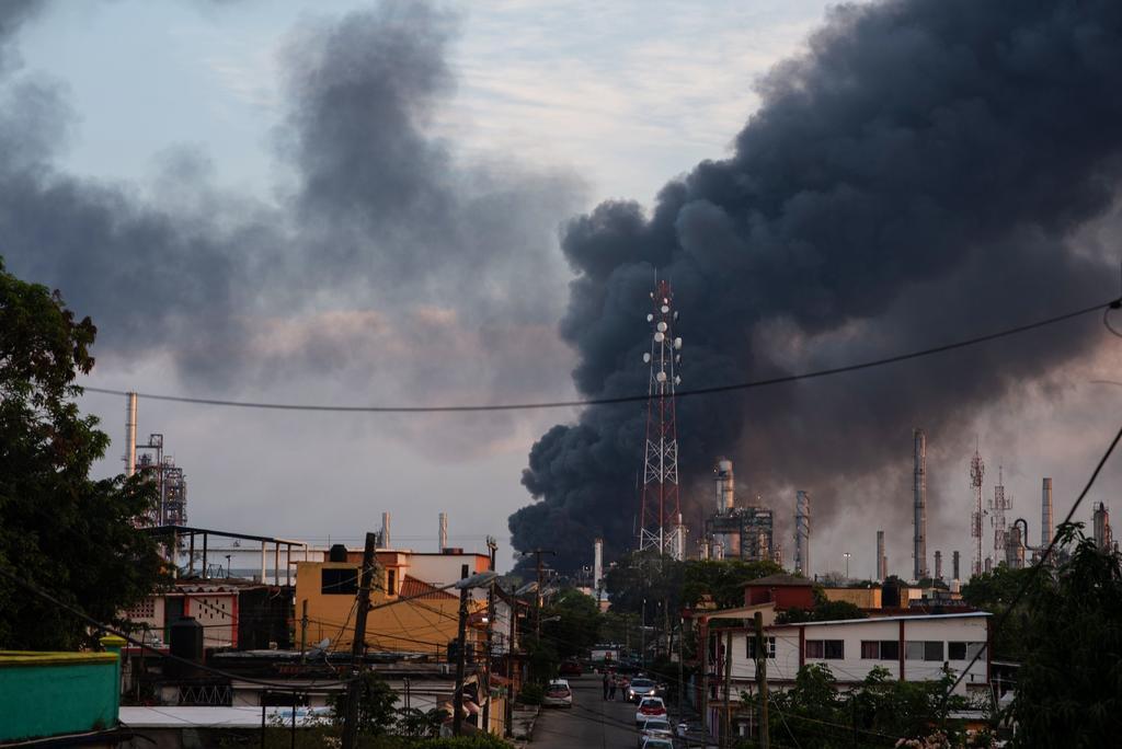 Sufre refinería en Veracruz fuerte incendio