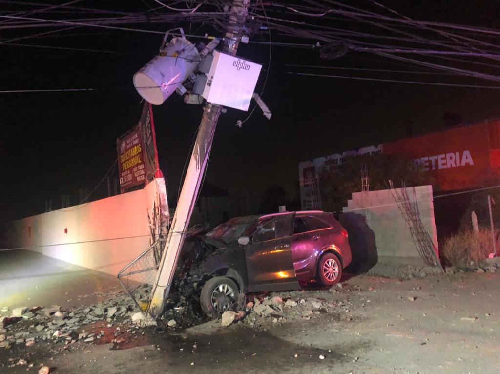 Abandonan vehículo tras derribar poste en Torreón y chocar contra un negocio. Noticias en tiempo real