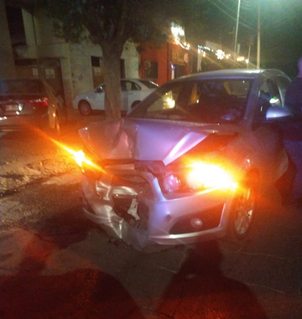 Conductor borracho se impacta contra auto estacionado en Torreón. Noticias en tiempo real