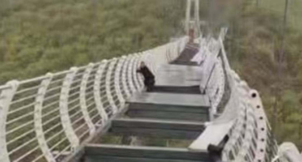 Puente se fractura y hombre queda colgando a 100 metros de altura. Noticias en tiempo real